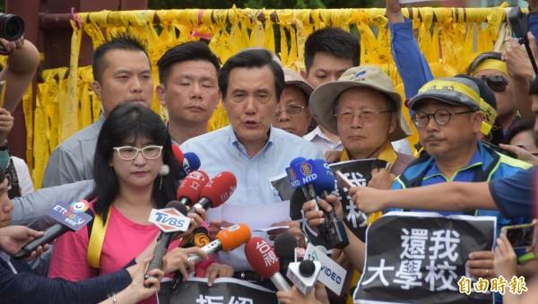 前總統馬英九參加台大挺管活動,與群眾一起呼口號喊「教育部長下台,還我大學校長」。(記者吳柏軒攝)