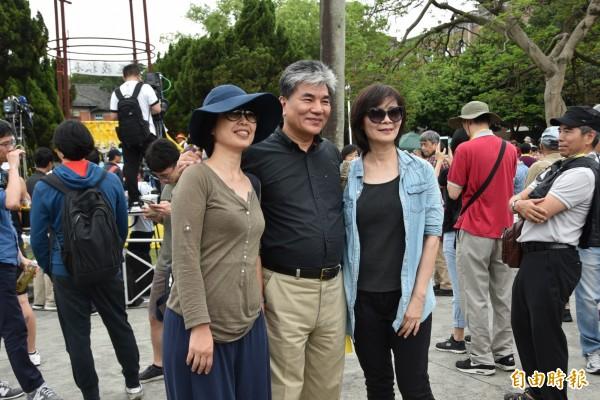 前內政部長李鴻源(中)也現身挺管活動,並與民眾合影。(記者吳柏軒攝)