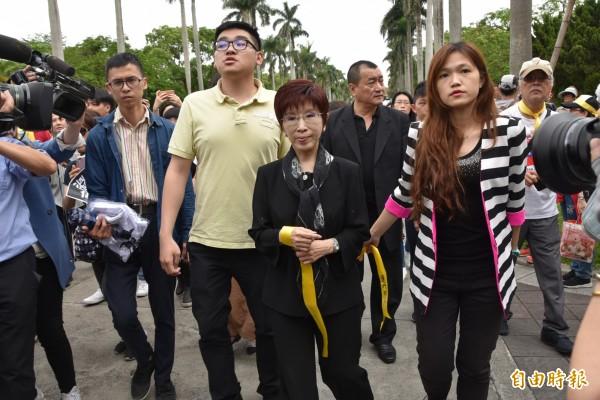 前國民黨主席洪秀柱(前中黑衣女)也現身台大54挺管遊行,但只到傅鐘繫上黃絲帶,並未發表言論。(記者吳柏軒攝)