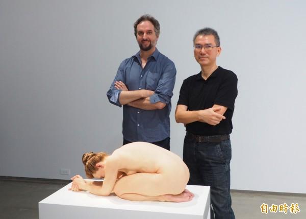 山姆•詹克斯(左)創作的「跪著的女人」栩栩如生,毓繡美術館長李足新(右)也覺得震撼。(記者陳鳳麗攝)