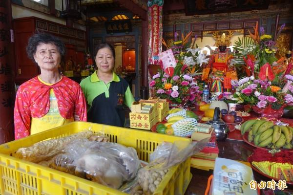 鹿港地藏王廟有配祀註生娘娘,許多民眾帶著三牲來拜拜。(記者劉曉欣攝)