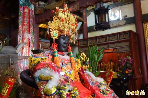 鹿港地藏王廟配祀的註生娘娘為軟身,原本是粉面,被香火燻成香煙面。(記者劉曉欣攝)