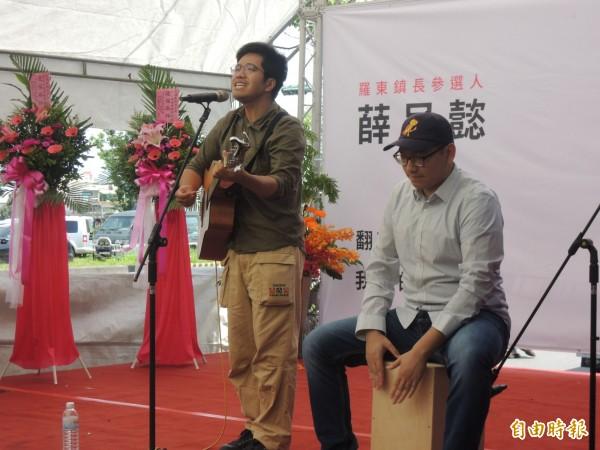 成立大會安排歌手演唱炒熱氣氛。(記者江志雄攝)