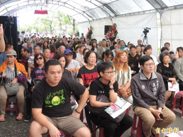 大批支持者到場力挺。(記者江志雄攝)
