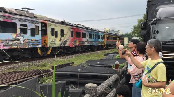 現場有內灣線小火車定時呼嘯通過。(記者黃美珠攝)