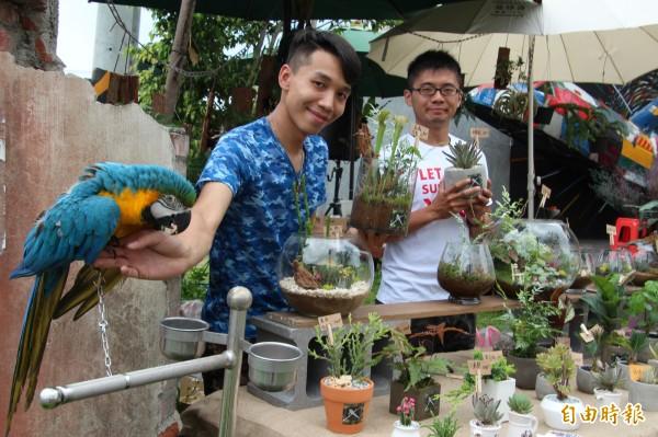 賴鶴文(右)、跟好朋友林聖峻(左)一起替新竹縣客家桐花祭開幕式帶來的「花鳥圖」,成功引起來客注意。(記者黃美珠攝)