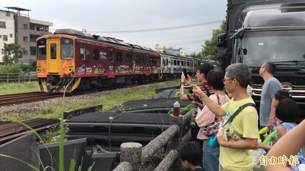 台鐵內灣線小火車定時呼嘯通過竹東文創藝術村,遊客爭相停下腳步打卡搶拍。(記者黃美珠攝)