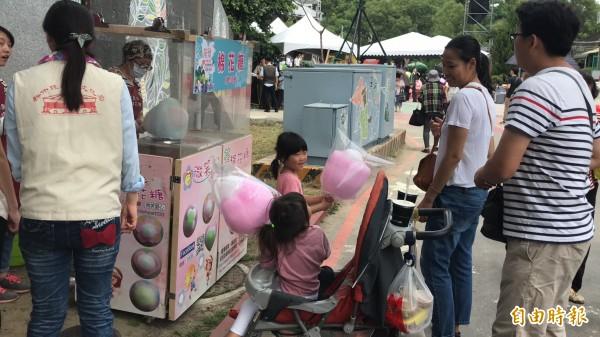 小朋友兌換到免費的桐花造型棉花糖好開心。(記者黃美珠攝)