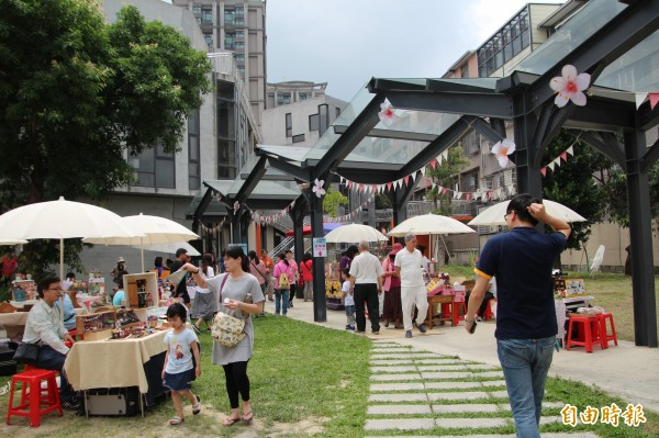 竹東文創藝術村內有鐵道、有桐花意象,還有很多多元的文創攤商跟他們的私藏小故事。(記者黃美珠攝)