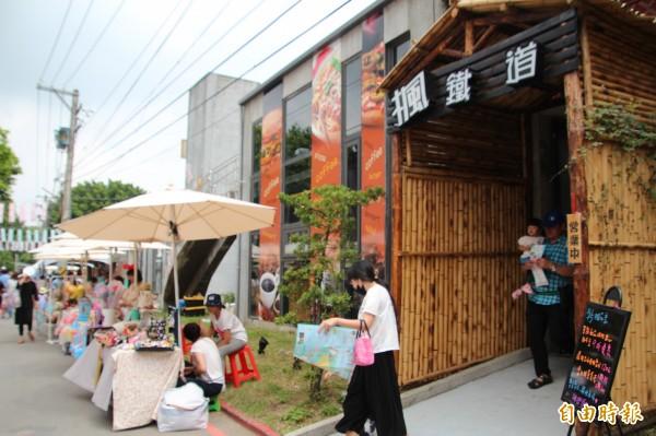 竹東文創藝術村內有很多多元的文創攤商跟他們的私藏小故事,使得逛市集好像也在聽故事。(記者黃美珠攝)