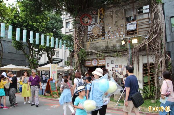 竹東文創藝術村內有鐵道、有桐花意象,還有很多多元的文創攤商跟他們的私藏小故事,使得逛市集好像也在聽故事。(記者黃美珠攝)