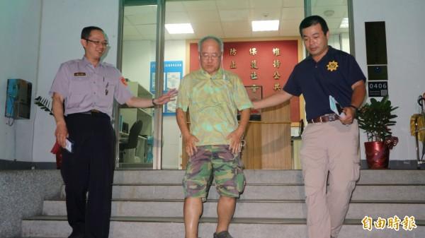 涉嫌毆打台大生的男子前駐韓外交官劉順達(中)到派出所說明案情。(記者陳薏云攝)