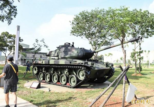平鎮區雙連坡碉堡公園展示除役戰車。(記者李容萍攝)