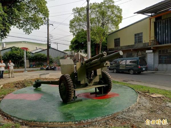 平鎮區雙連坡碉堡公園展示除役炮台。(記者李容萍攝)