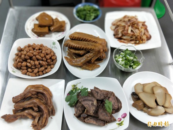 呷味軒滷坊的食材新鮮,做工精製,受到百貨業者、知名餐廳青睞。(記者何玉華攝)