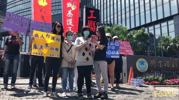 護理人員小祺(左二)遇到的情況,由她的姊姊(右二)代為發言說明。(記者林惠琴攝)