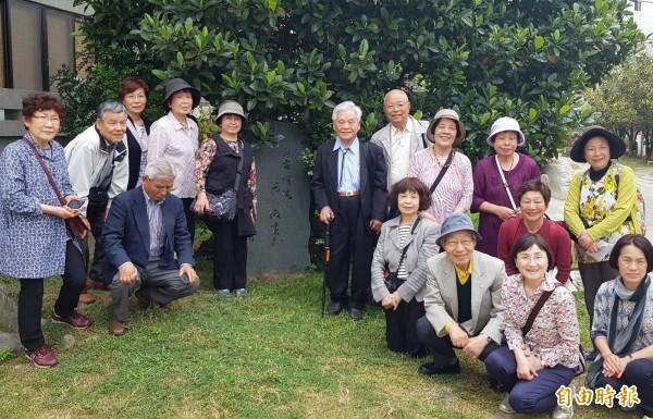 15位日本詩人來台拜訪台灣傳奇的日本詩人李錦上(句碑右側),參觀寶覺寺的俳句碑。(記者鄭旭凱攝)