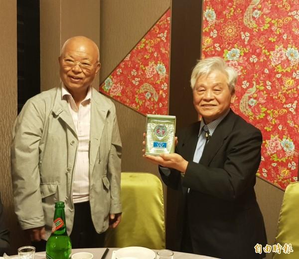 日本「なると」俳句社老師福島誠淨(左)為李錦上頒發年度特別賞。(記者鄭旭凱攝)