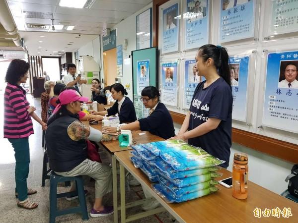 池上有機青農與關山慈濟醫院合作,今天為婦女們舉辦健檢又送白米。(記者王秀亭攝)