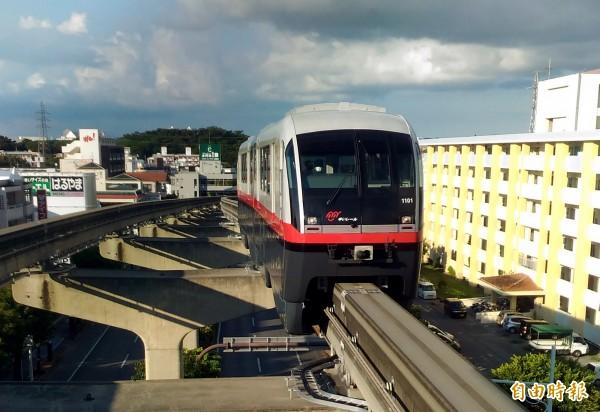 台南捷運紅線與藍綠線一樣,均採用類似沖繩的高架化跨座式單軌系統,圖為沖繩高架單軌捷運。(記者蔡文居攝)