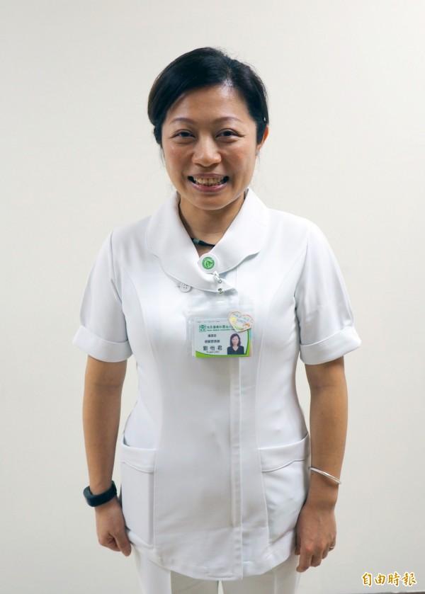 劉怡君教肌力流失產婦做「袋鼠媽媽」,享受抱兒的感覺。(記者陳鳳麗攝)
