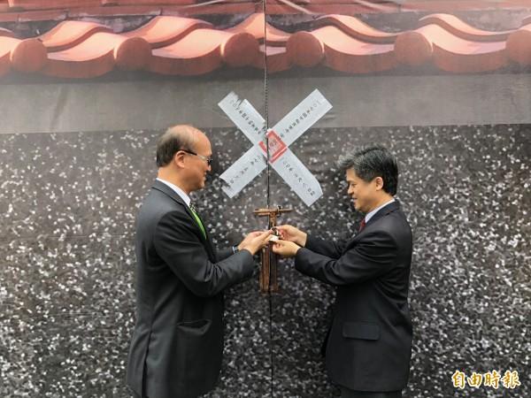 教育部次長林騰蛟(左)及台中市教育局長彭富源(右)為闈場大門上鎖。(記者歐素美攝)