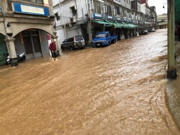 小金門最熱鬧的東林街遭大雨猛灌,成了滔滔洪流的「東林河」。(圖由讀者提供)