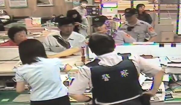 保七員警與台銀行員在櫃檯前啟動圈存機制即時救回這對夫妻的錢。(記者蔡彰盛翻攝)
