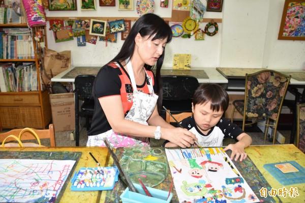 指導老師黃淑玲希望陳柏丞在畫畫這一塊是很快樂的,並且能用自己的色彩及方式,去表達這幅畫。(記者湯世名攝)