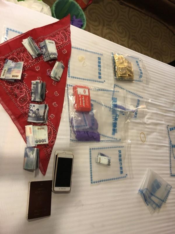 警方查扣手機、現金及保險套等證物。(記者吳昇儒翻攝)