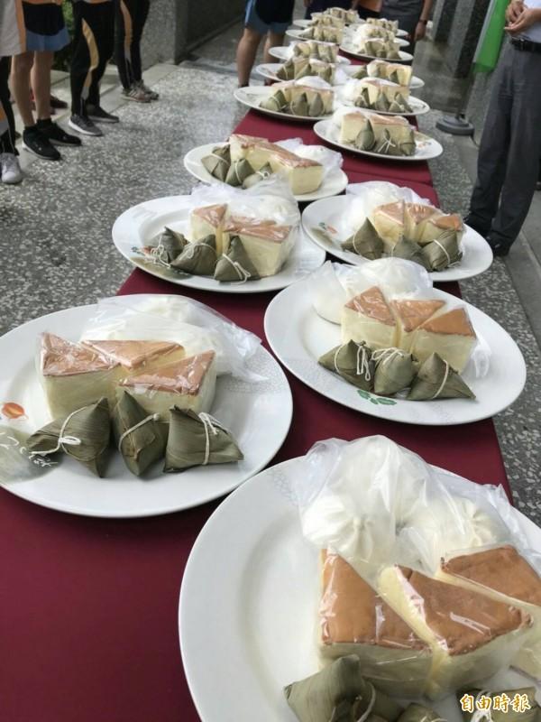 每位考生都有一份包子、蛋糕及肉粽,祝福考試都能「包高中」。(記者佟振國攝)