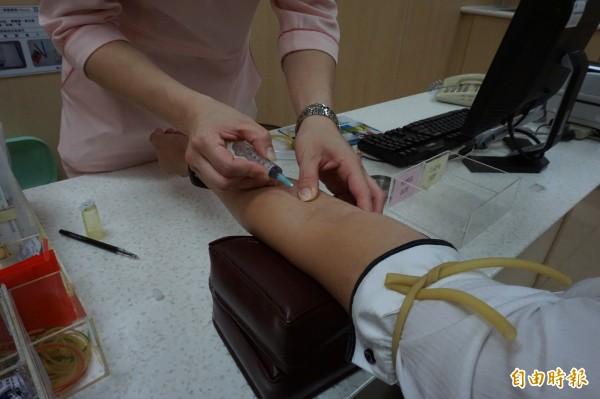 坊間謠傳檢驗血液中的免疫球蛋白IgG抗體,濃度上升就代表對該項食物過敏。(記者蔡淑媛攝)