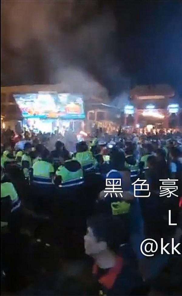 關山天后宮媽祖遶境,一男子叫囂,警方出動快打部隊壓制。(擷取自黑色豪門企業)