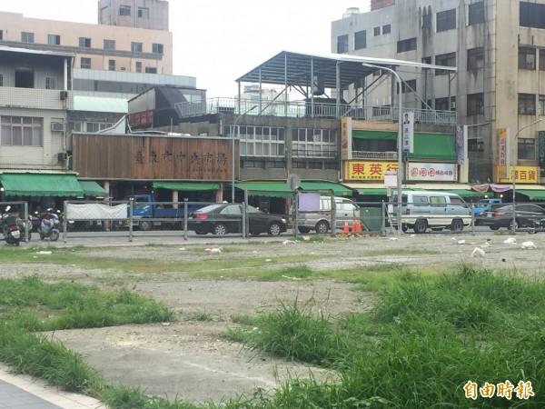 台東市中央市場前空地將做大型連鎖超商,市場攤商憂生意將大受影響。(記者張存薇攝)