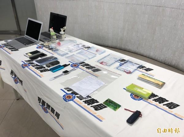 警方查獲犯案用手機、筆記型電腦、帳戶存摺、安非他命毒品等贓證物。(記者邱俊福攝)