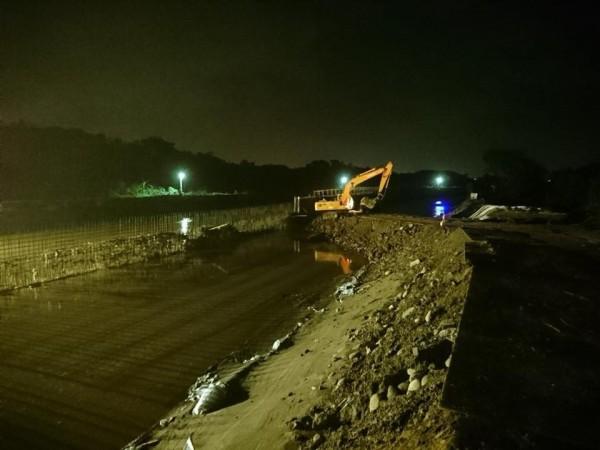 每逢汛期,水利單位不分日夜進行防汛任務。(擷自臉書)