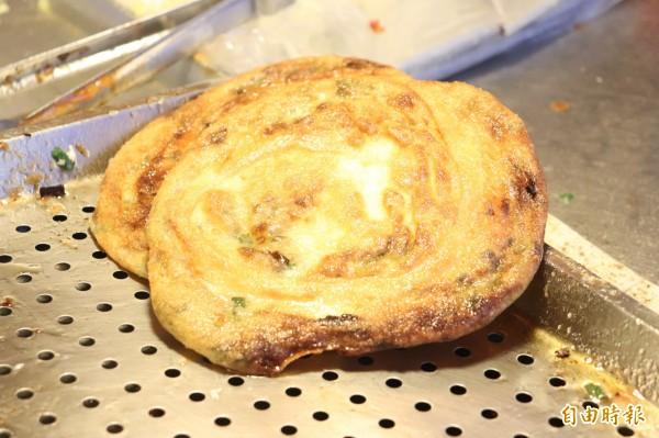 蔥油餅外皮被煎的金黃酥脆。(記者林敬倫攝)