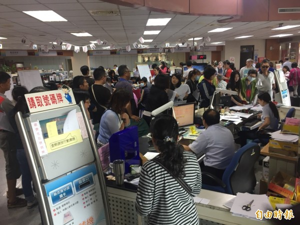 中華電信彰化營業處今天擠爆解約申辦人潮,「上網499吃到飽」,抽單機抽到當機。(記者張聰秋攝)