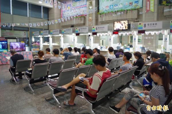 中華電信推出499吃到飽優惠,嘉義市中興路營業處坐滿等候人潮。(記者王善嬿攝)
