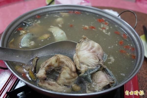 脆鰻藥膳湯是彰化線西源泉活海鮮餐廳招牌菜,選用特大鰻魚。(記者劉曉欣攝)