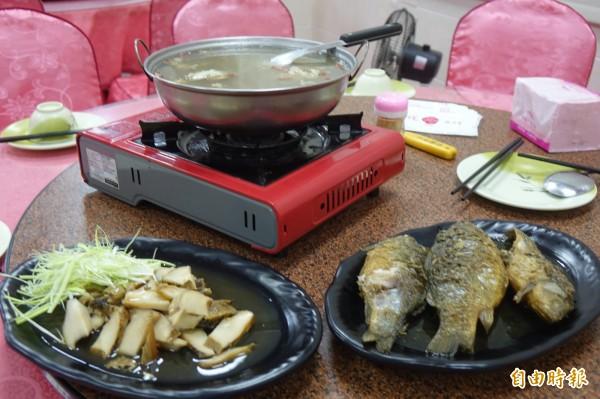 滷鯽魚、滷鮑魚、脆鰻藥膳湯是彰化線西源泉活海鮮餐廳招牌菜。(記者劉曉欣攝)