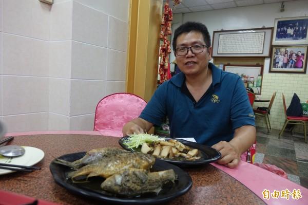 彰化線西源泉活海鮮餐廳,目前由第二代黃文彥與弟弟接棒,招牌就是滷鯽魚、滷鮑魚。(記者劉曉欣攝)