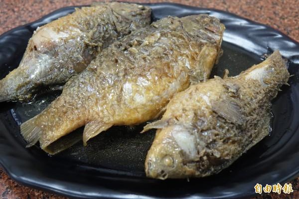 彰化線西源泉活海鮮餐廳招牌菜滷鯽魚。(記者劉曉欣攝)