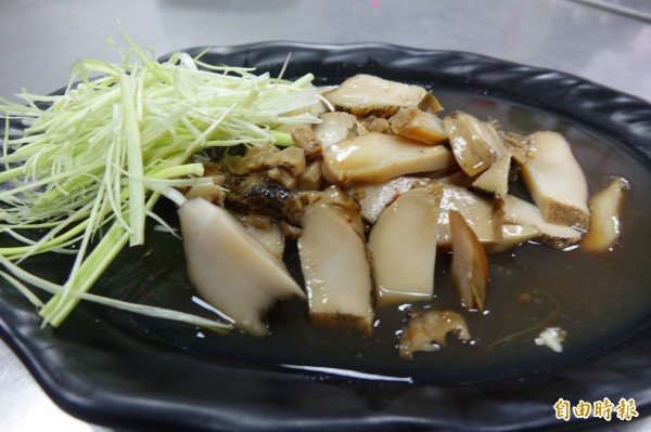 彰化線西源泉活海鮮餐廳招牌菜滷鮑魚。(記者劉曉欣攝)