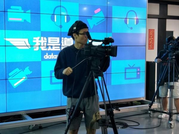 中國科技大學影視設計系學生鍾駿瑋,為了精進導播實務,未來成為最佳導播,組團隊參加「我是導播datavideo盃」競賽。(中國科大提供)