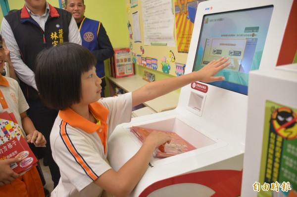 花蓮市明禮國小今舉辦120週年校慶,並啟動「智慧圖書室與智慧保健室」,盼透過大數據分析,掌握學童閱讀習慣與健康情況。 (記者王峻祺攝)