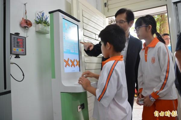 學童也可在智慧保健室中,透過悠遊卡紀錄下小學6年來的成長及傷病紀錄。(記者王峻祺攝)