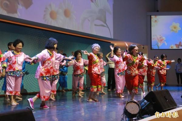總齡逾6500歲爺奶演出「百老匯」音樂會,吸引千人爆場觀賞,歡笑聲不斷。(記者黃鐘山攝)