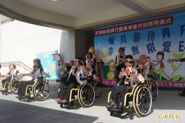 仙人掌藝術推廣學會,以輪椅舞慶祝輔具專車啟動。(記者劉禹慶攝)
