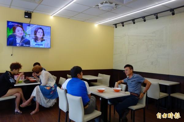 有了店面後,客人用餐環境更舒適,老闆也將過去發財車圖像畫在牆上紀念。(記者葉冠妤攝)